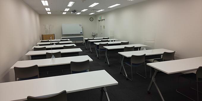 【中会議室】飛沫防止アクリル板設置の様子