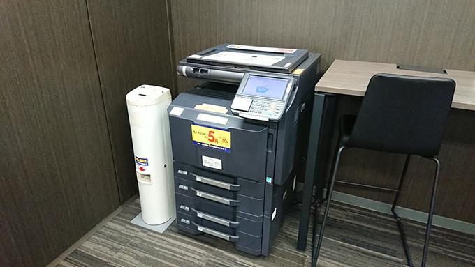 コピー機(A4サイズ白黒1枚5円)があるので、配布資料の準備なども可能です。
