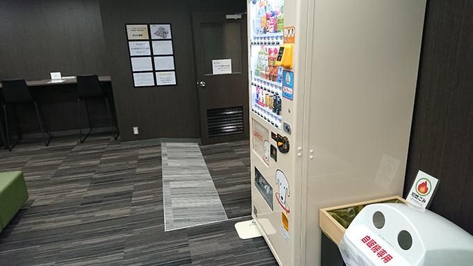 自動販売機もあって、ちょっとした休憩スペースとしても利用できます。(禁煙)