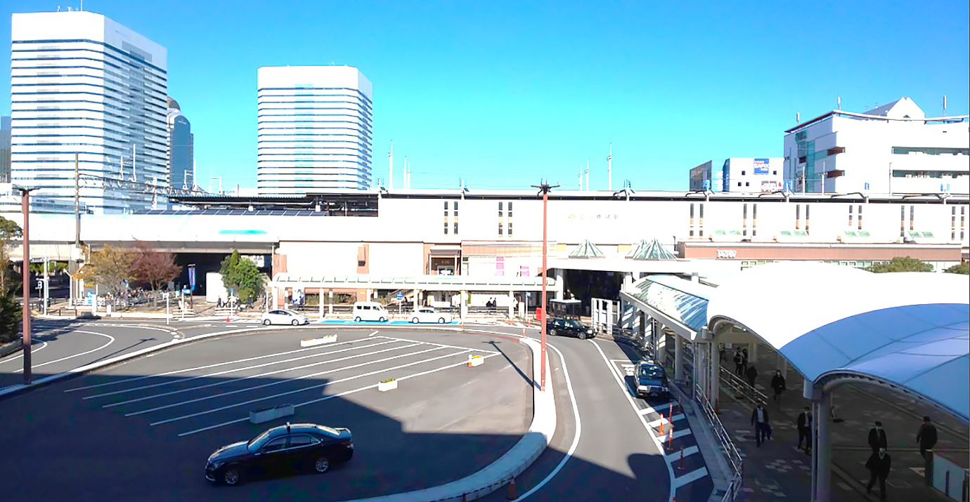プレナ幕張側から観たJR海浜幕張駅前のロータリー2